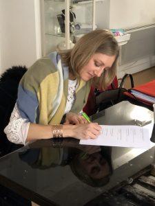 Jeune femme passant l'examen du dernier jour de la formation pour devenir Conseillère en Image